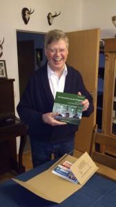 Bild des Autors mit seinem Buch