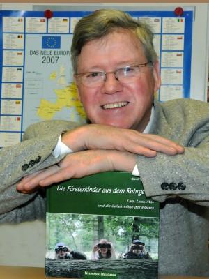 Foto von Gerd Tersluisen mit seinem Buch